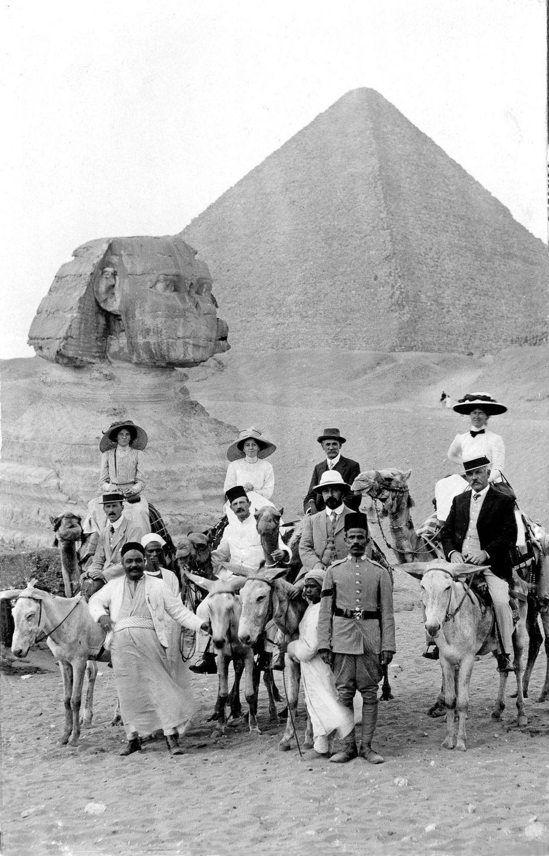 На вершине чуда света: ретро снимки туристов на пирамидах Гизы