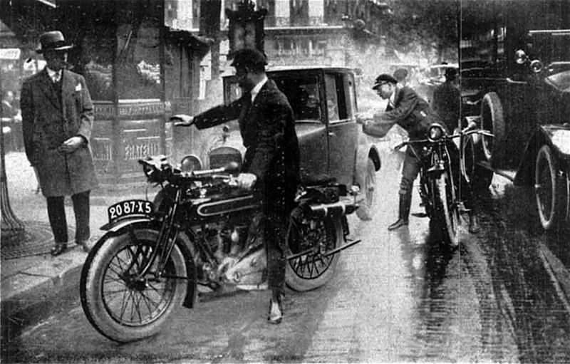 Двое полицейских на мотоциклах останавливают нарушителя. Париж. 1929 год.