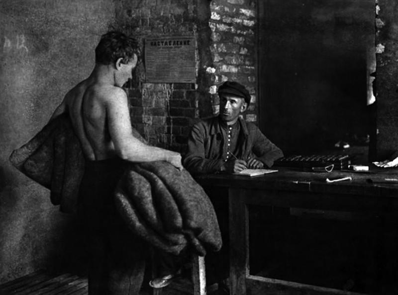 Приемка работы учетчиком в мастерской по изготовлению валенок. 1920-е.