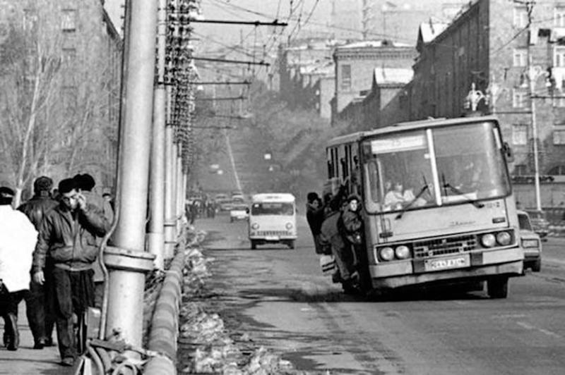 Ереван, 25-й автобус. Впрочем, по утрам в СССР так на работу ездили почти везде.