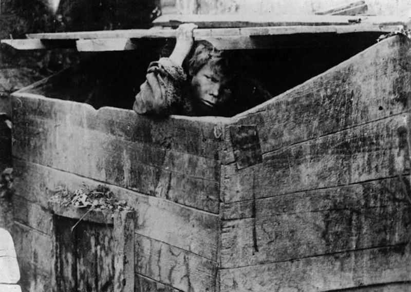Мусорный ящик - жилье беспризорных. Одесса. 1928 год.