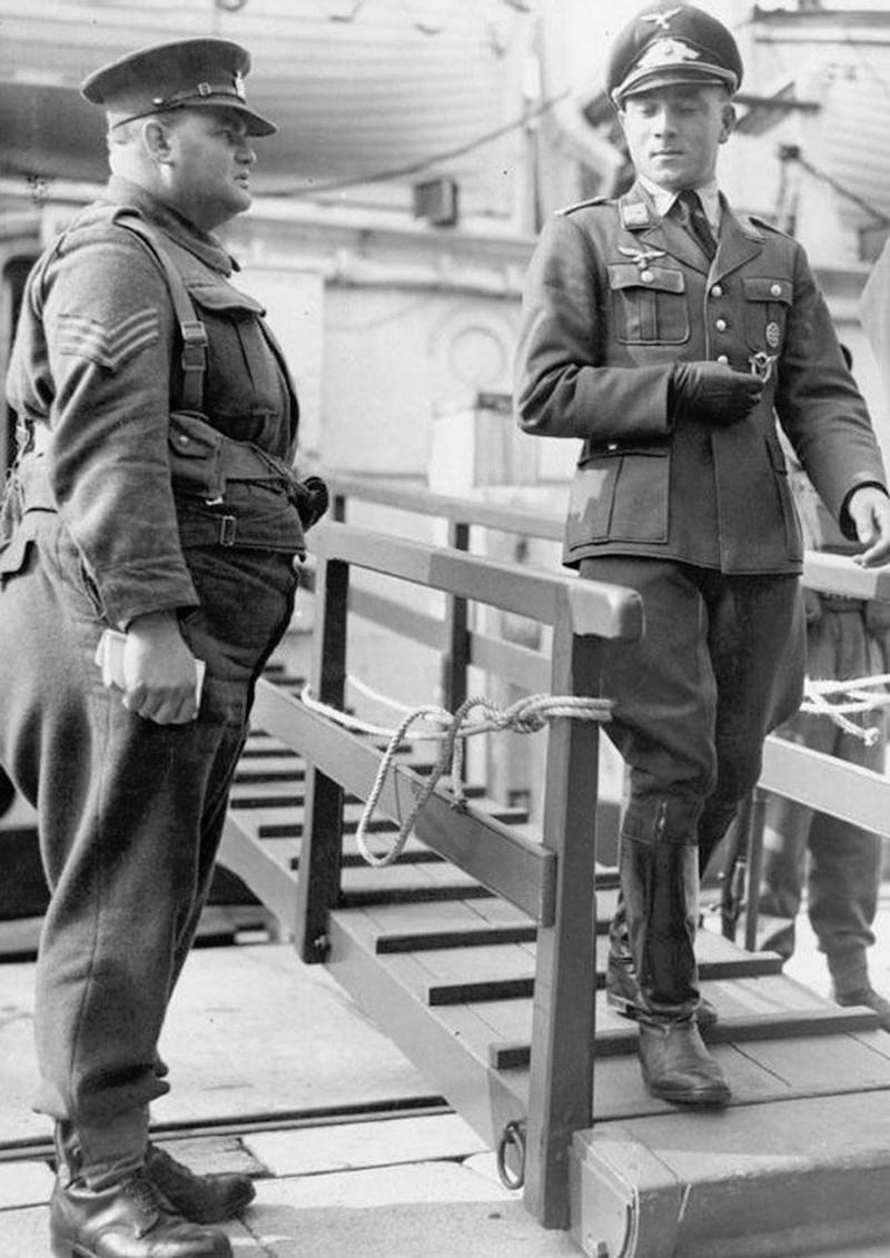 Пленный немецкий офицер и английский солдат. Нью-Хейвен. Округ Льюис. Графство Восточный Сассекс. Великобритания. 5 октября 1941 года.
