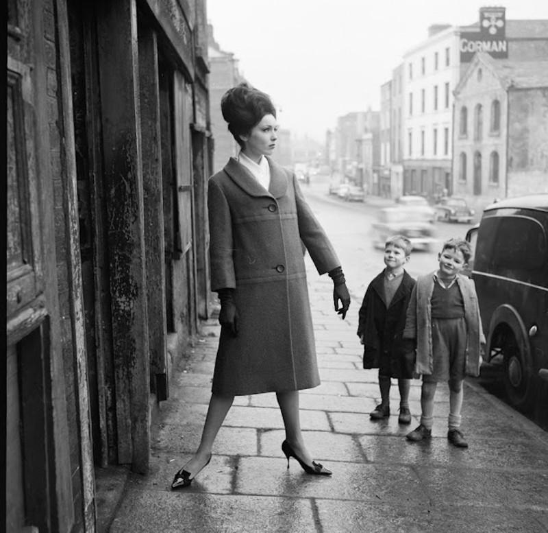 Американская модель Линда Уорд и местные мальчишки. Дублин, 60-е.