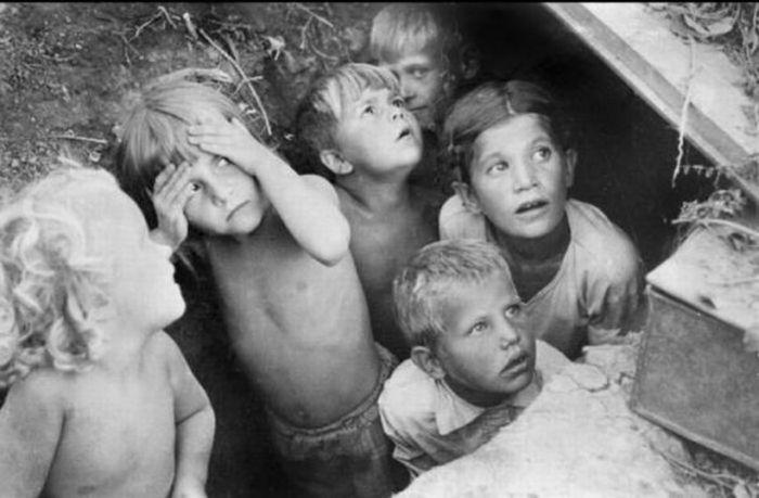Июнь 1941, дети прячутся от фашистских самолетов.