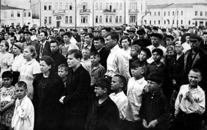Владивосток, 9000 км от фашистского нашествия, люди до сих пор в шоке от услышанных новостей. Вскоре они будут атакованы японскими войсками.