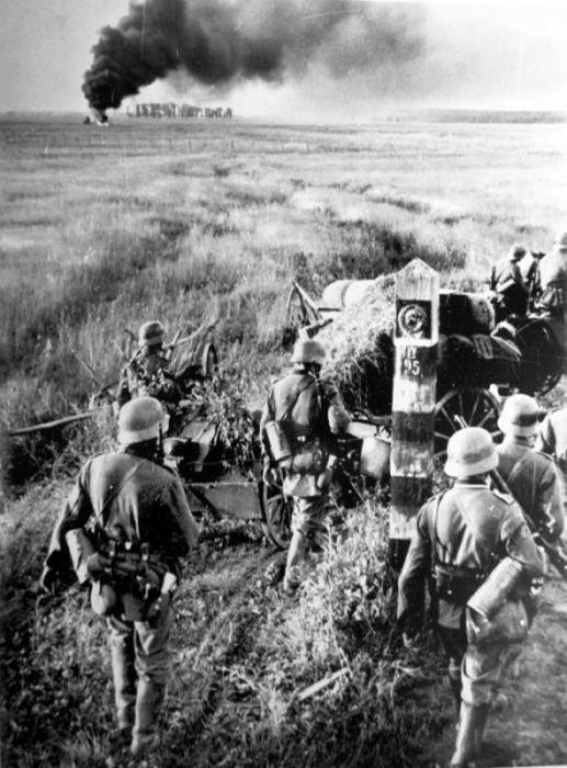 Нацистские солдаты пересекают советской границы, 22 июня 1941.