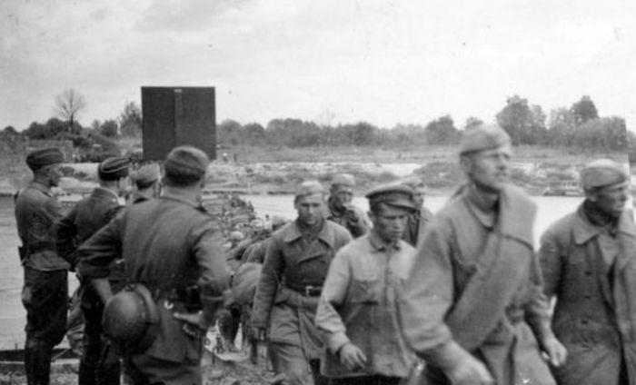 Первые военнопленные - Советские солдаты захвачены фашистами в первый день войны 22 июня 1941 года.