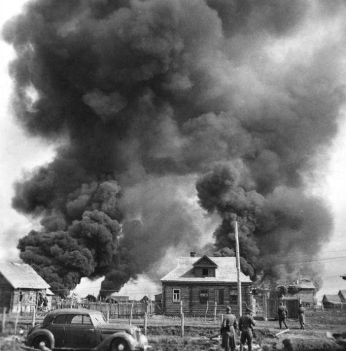 Немецкие солдаты в советской деревне. Горящие дома советских людей. Июнь 1941.