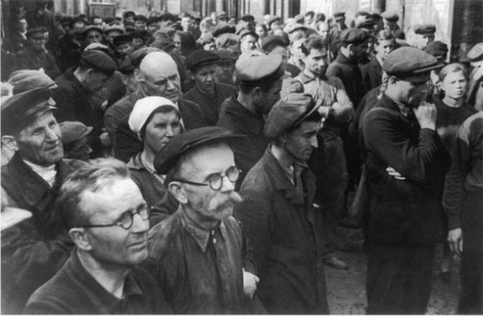 Ленинградские рабочие завода слушают по радио объявления о войне.