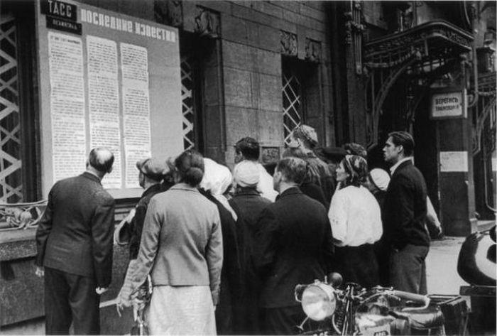 Люди на улице читают последние новости с фронта, июль 1941 года.