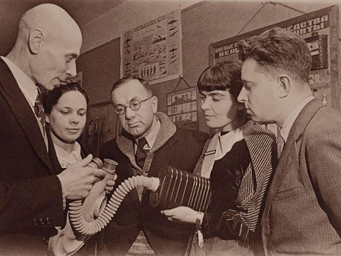 Актеры Малого театра в Москве получают уроки по гражданской обороне. Июль 1941.