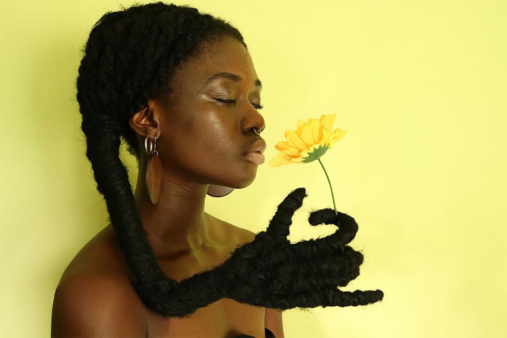 Художница из Кот-д'Ивуар делает скульптуры из собственных волос