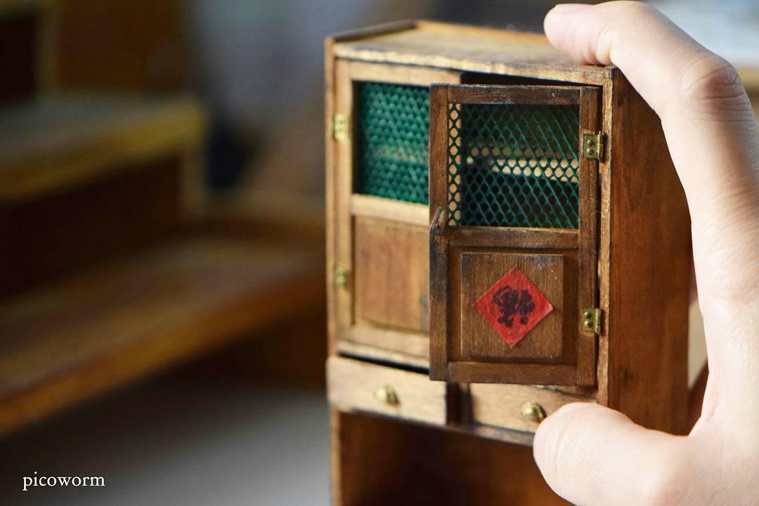 Художник создает миниатюры предметов домашнего обихода