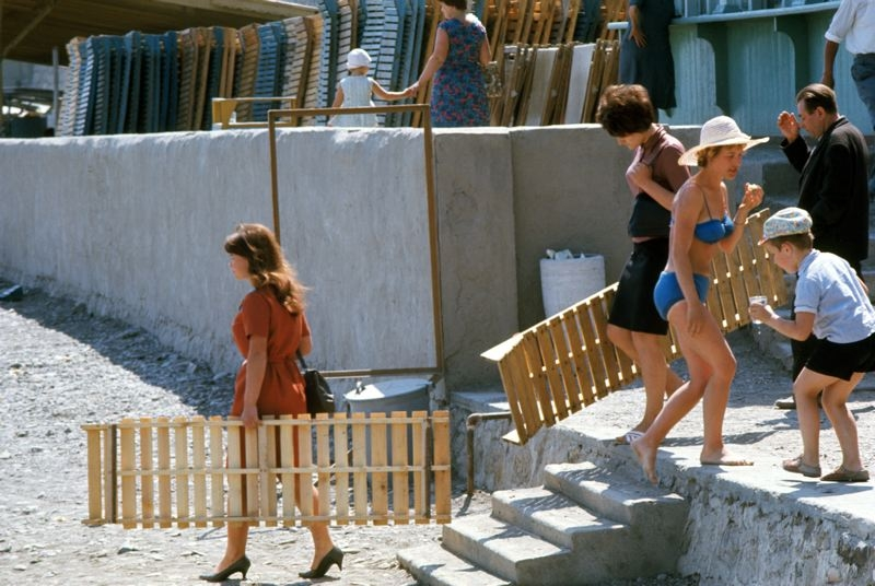 Вот такие деревянные шезлонги были в то время. Отдыхающие направляются на каменистый пляж