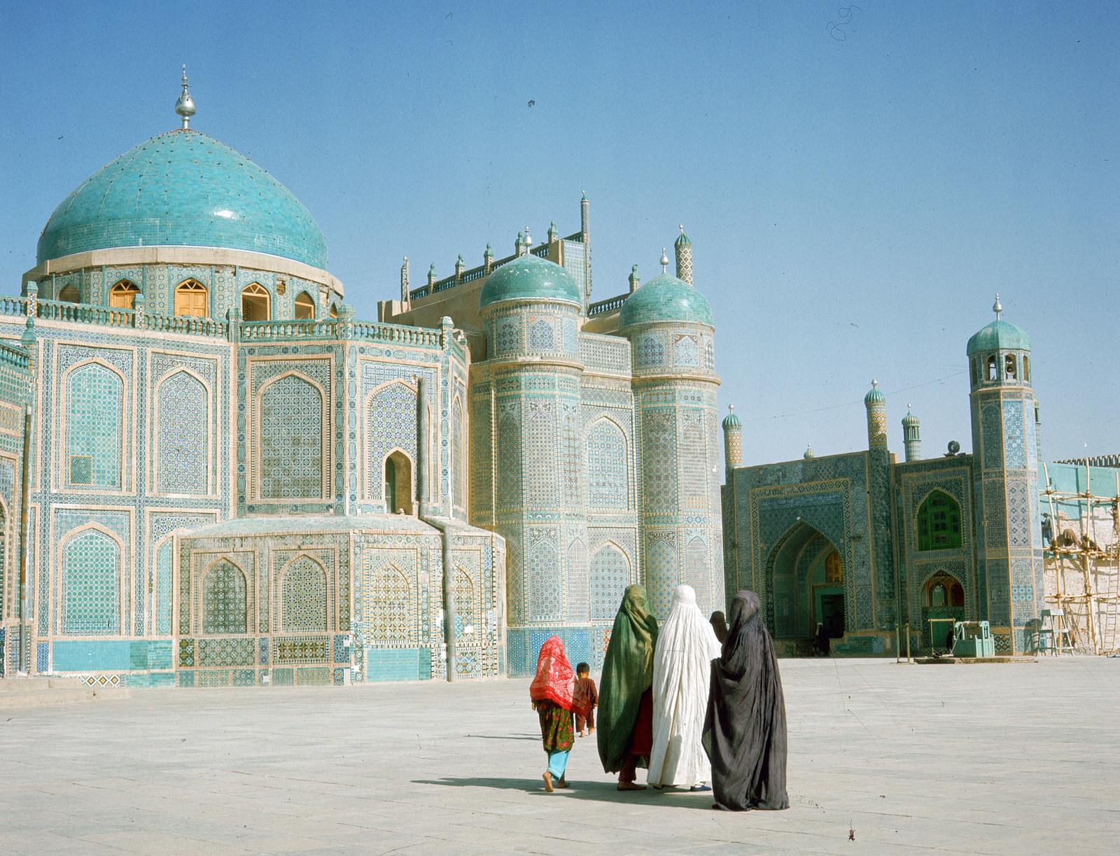 """Женщины идут к """"Голубой мечети"""" (Святыня Хазрат Али) в городе Мазари-Шариф, 1950"""