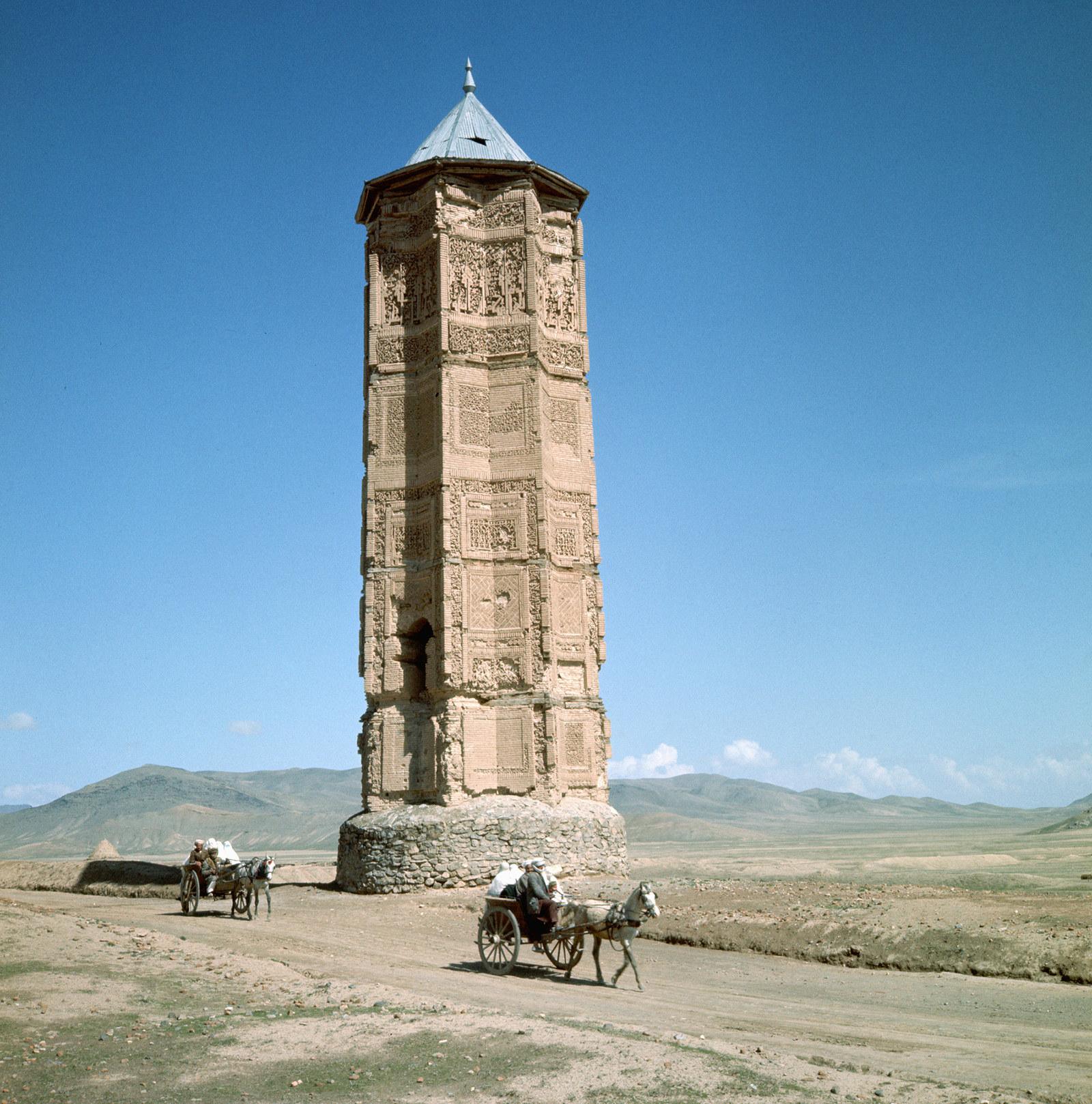 """Пара повозок у мечети """"Ала ад-Дина"""" (Конья) к востоку от Газни, 1950"""