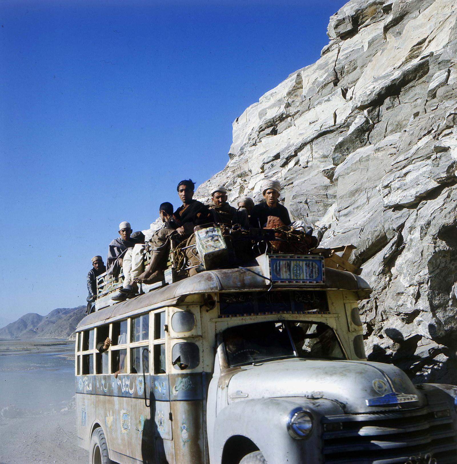 Автобус едет по пыльной дороге в Афганистане, 1970