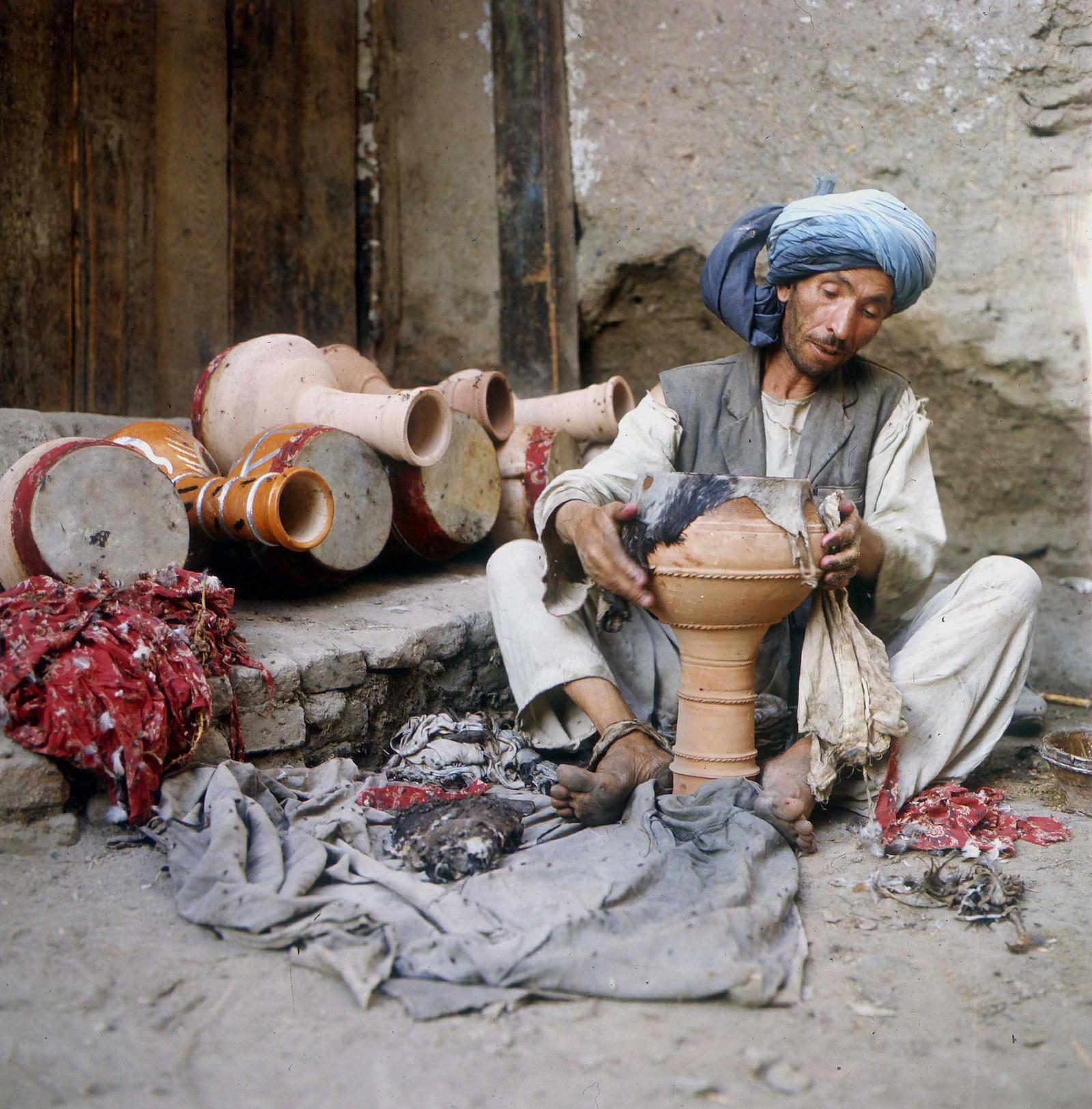 Гончар за работой, Кабул, 1970