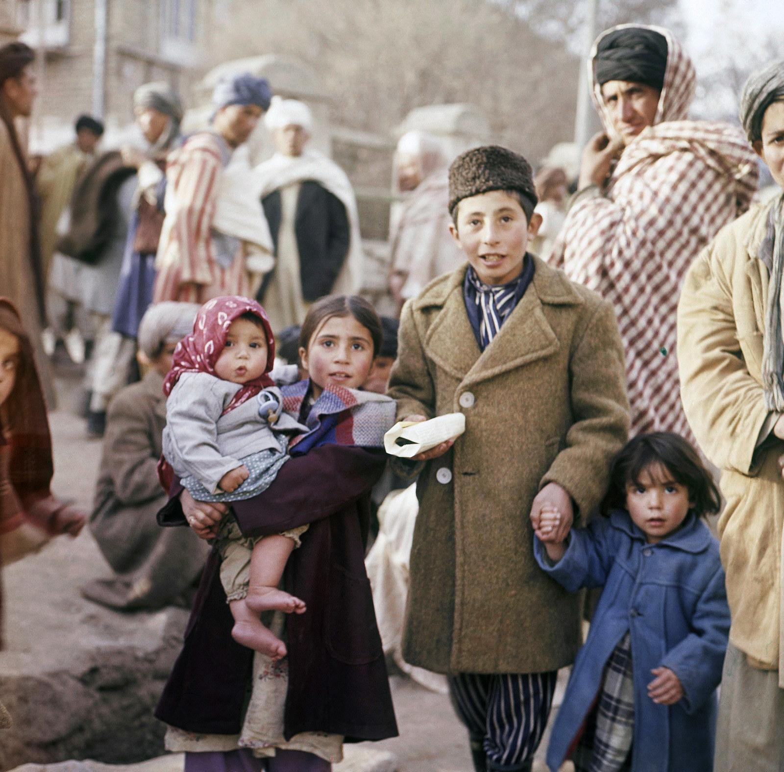Дети сфотографированные на улице, Кабул, ноябрь 1961.