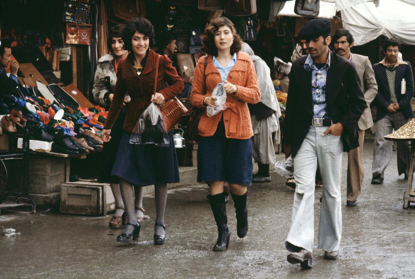 Покупатели проходят через рынок, Кабул, 1979