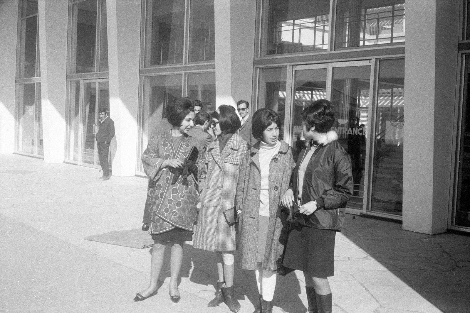 Женщины у аэропорта Кабула, март 1967 года.