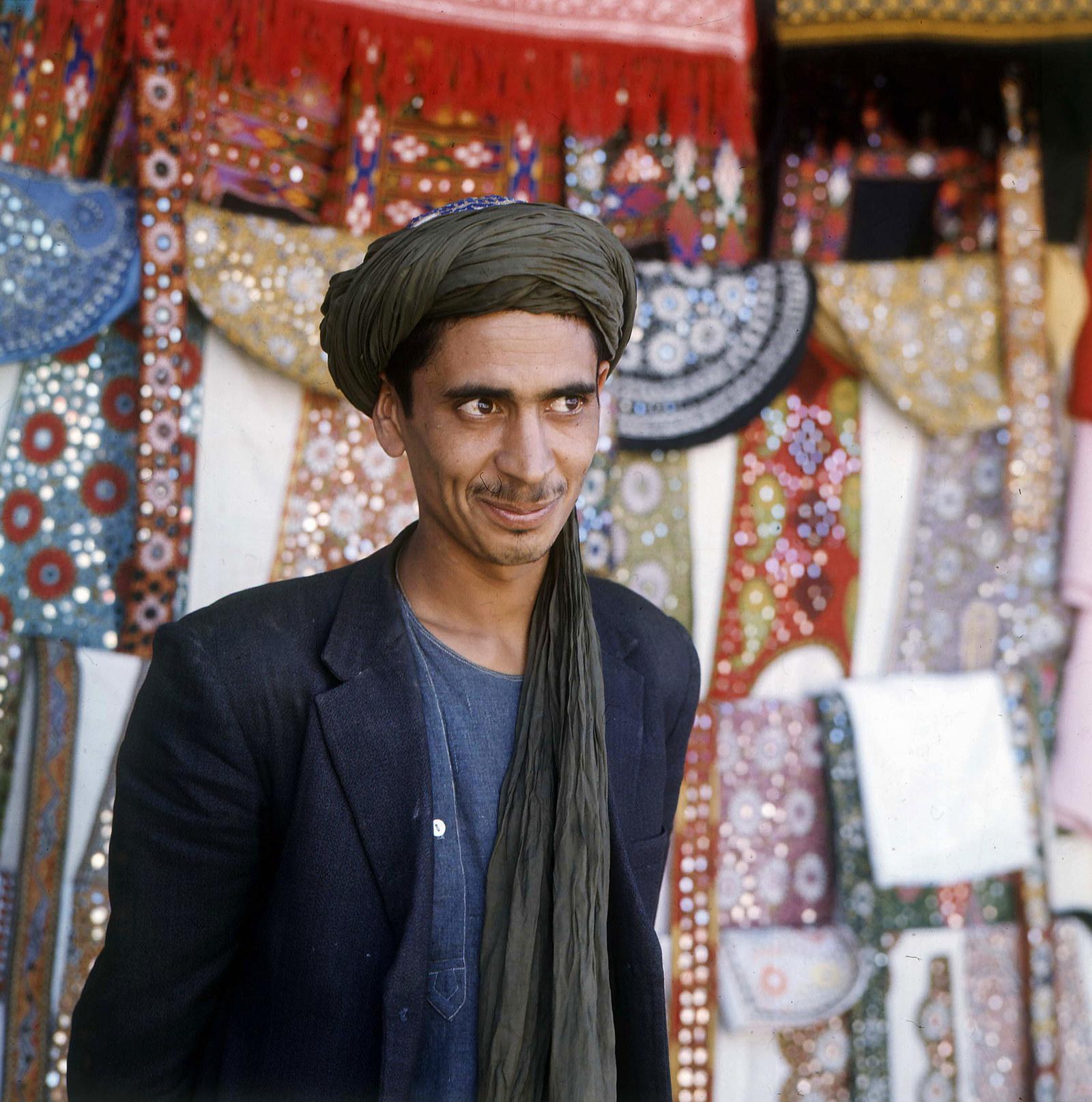Торговец на рынке позирует для портрета, 1970
