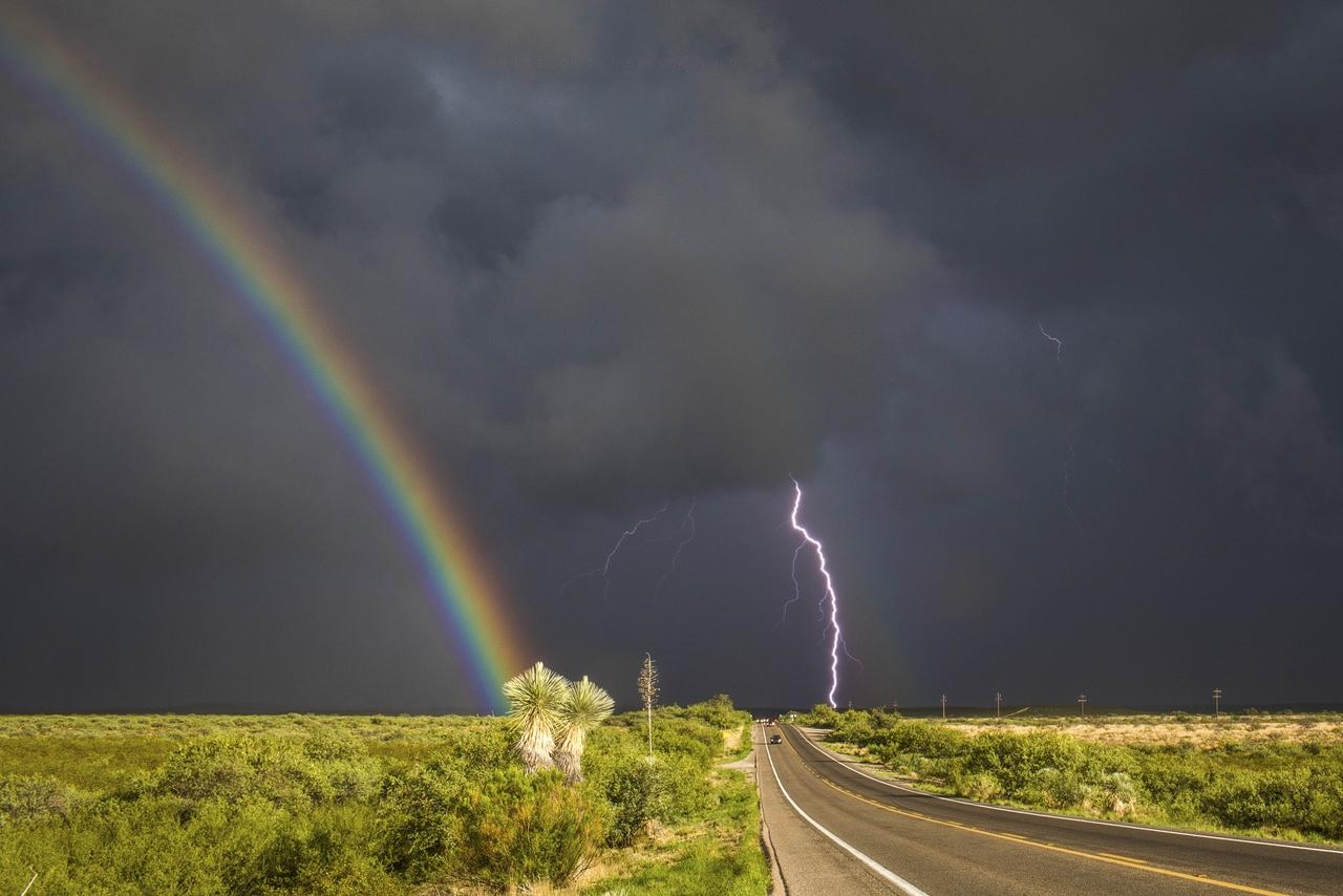 Радуга и молния во время бури в штате Аризона, 28 июля 2017