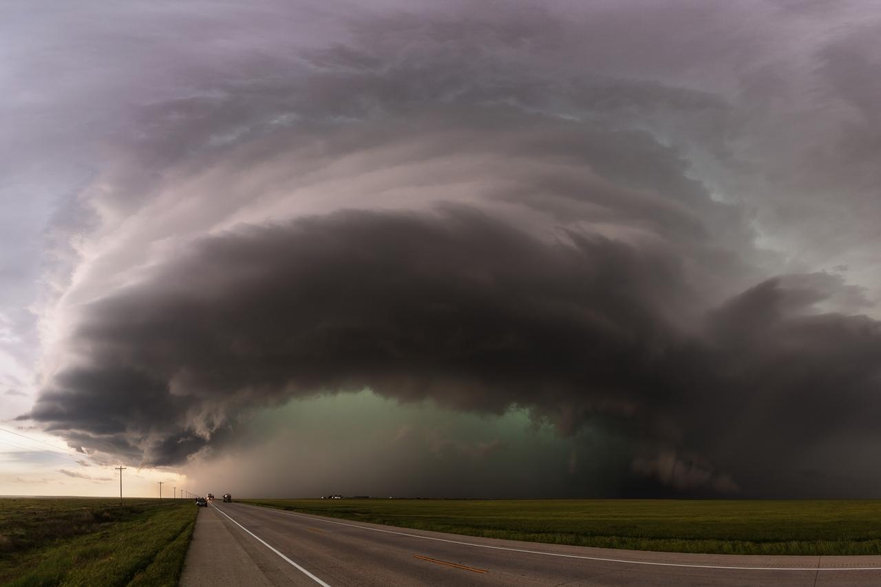 Суперъячейка — разновидность грозового облака, характеризующаяся наличием вращающегося восходящего воздушного потока среднего масштаба.