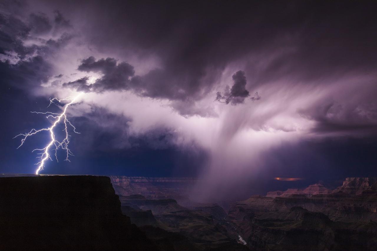 Принято считать, согласно шкале Бофорта, что шторм переходит в ураган при скорости ветра более 117 км/ч (или 30 м/c)