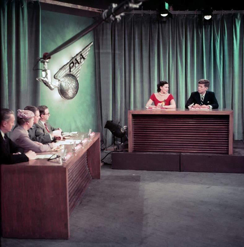 Джон Кеннеди участвует в телепрограмме «Встреча с прессой» на NBC, которая транслировалась 14 февраля 1954 года