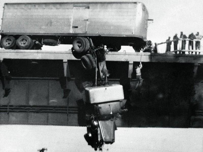 Спасение водителя сошедшего с моста тягача, Реддинг, штат Калифорния, США, 1954