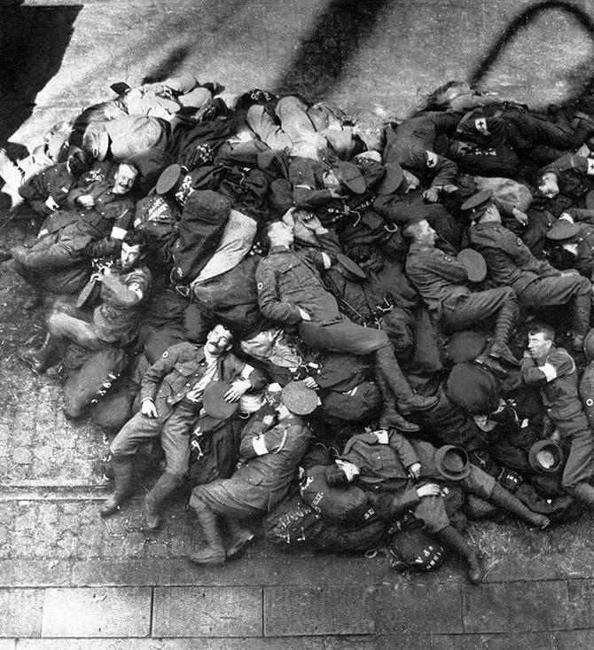 Британские солдаты спят после высадки во Франции, 1914
