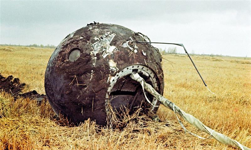 """Пустая капсула советского корабля """"Восток-1"""" на месте посадки в 700 км от Москвы, 12 апреля 1961 г"""