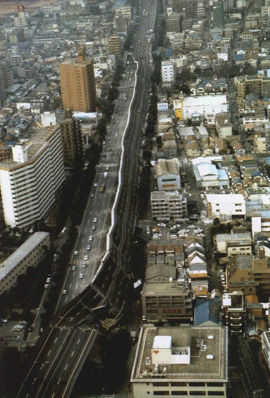 Часть рухнувшего скоростного шоссе Хансин после Великого хансинского землетрясения (или Землетрясение в Кобе), произошедшего 17 января 1995 года