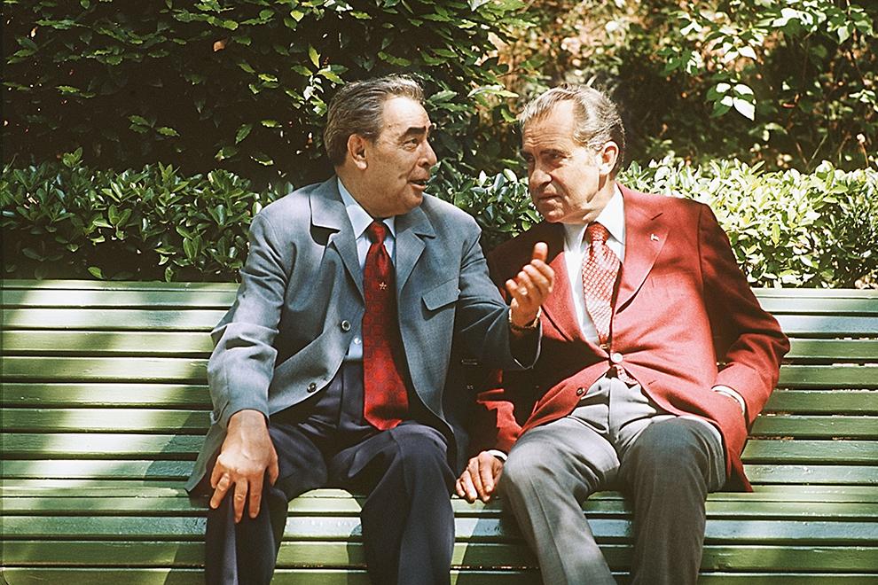 """Потрясающий снимок, очень человечный — лидеры враждебных сверхдержав разговаривают на лавочке как два старых друга-пенсионера. Лучшей иллюстрации для полузабытого исторического термина """"разрядка"""" трудно придумать, разве что сцена стыковки Союз-Аполлон. Немного странно, правда, что переводчик остался за кадром"""
