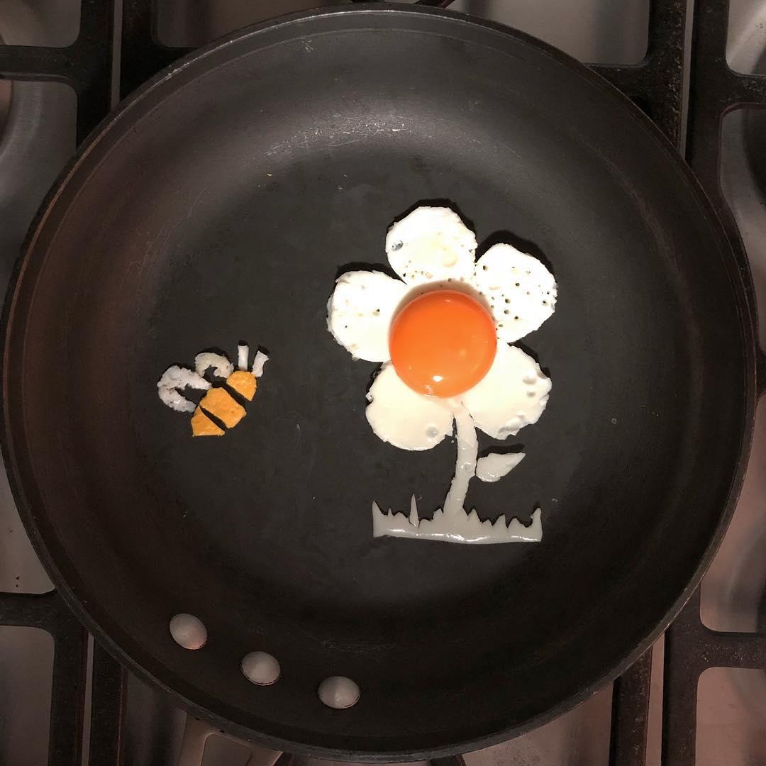 Художник превращает яичницу в произведения искусства