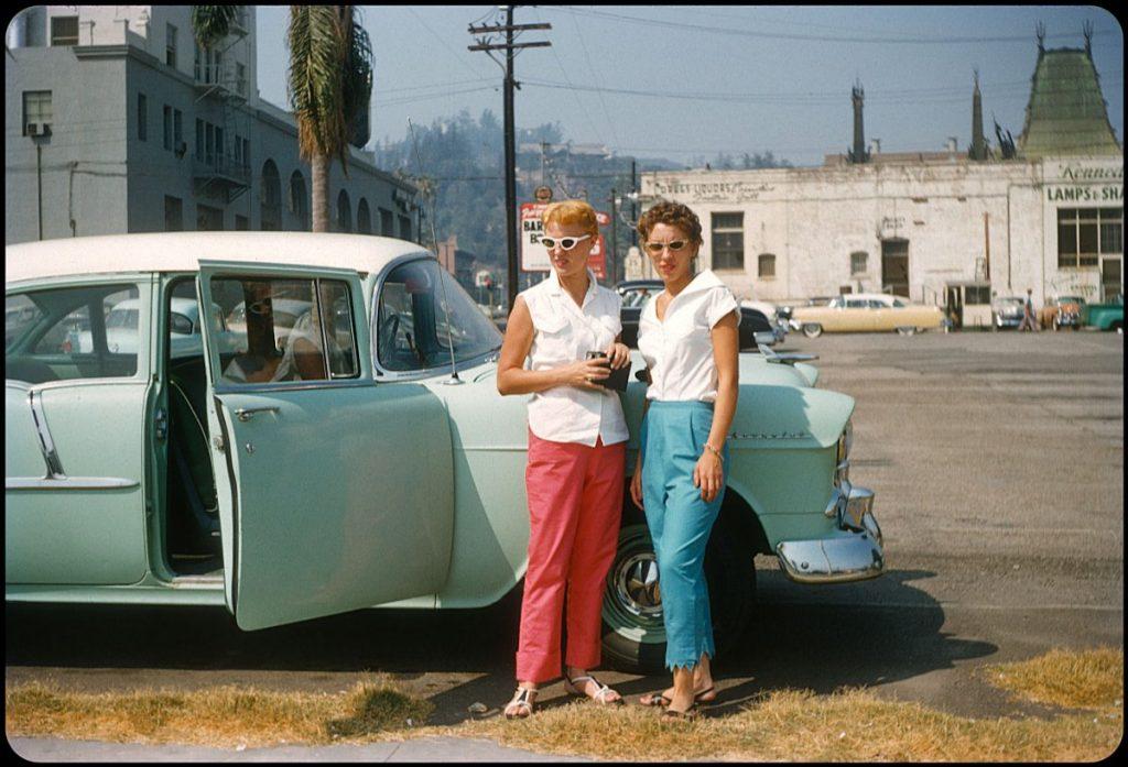 Девушки позируют у автомобиля, Лос-Анджелес, 1954 год