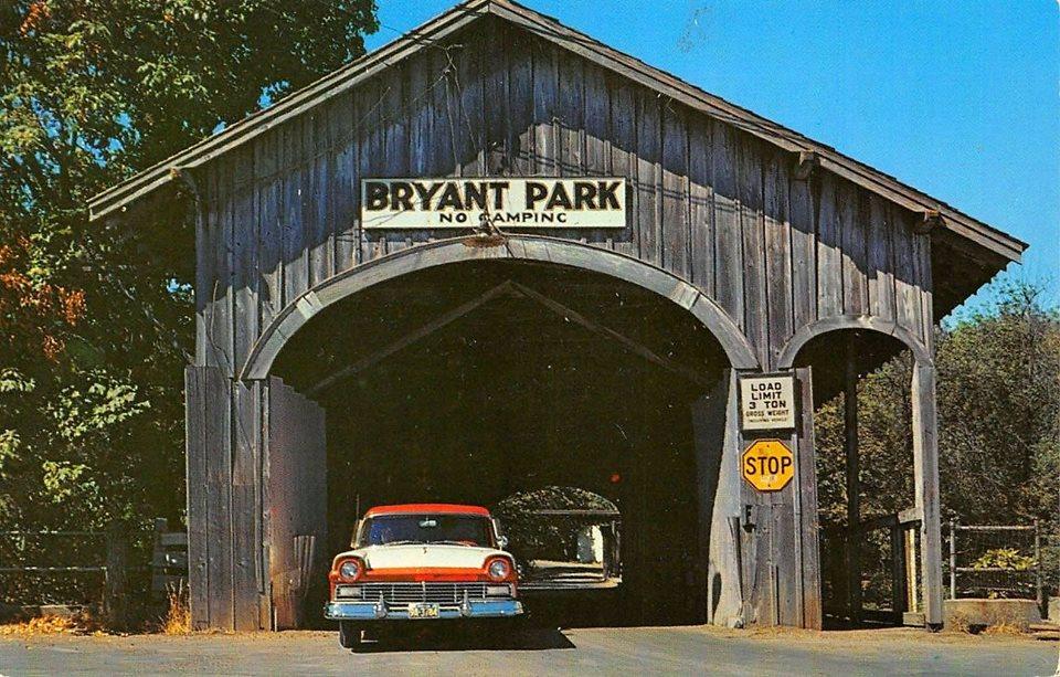 Деревянный мост в Брайант-парке. Нью-Йорк, 1951 г