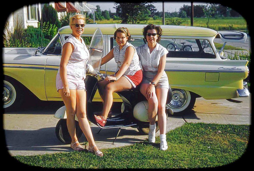Девушки с мотороллером, 1957
