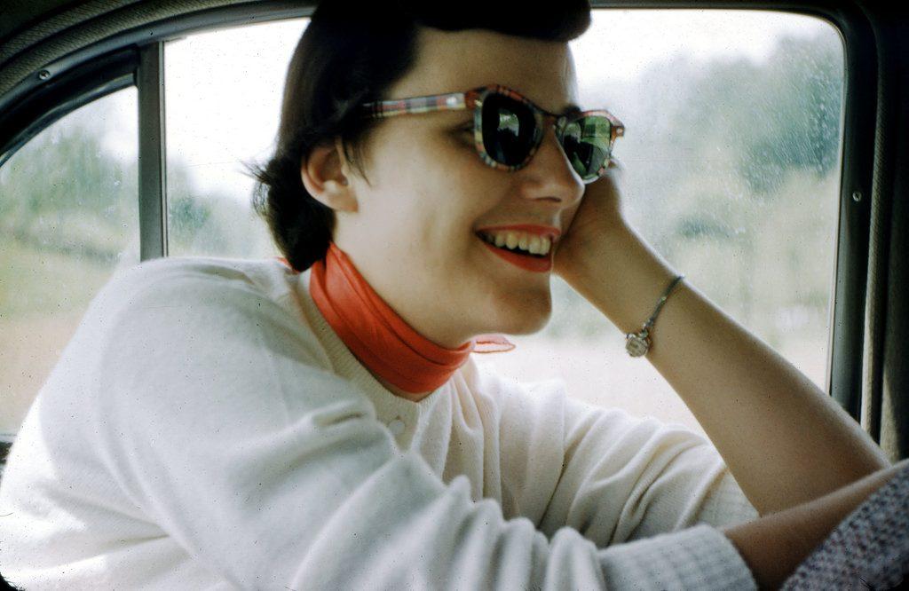 Веселая девушка в автомобиле, 1954 год