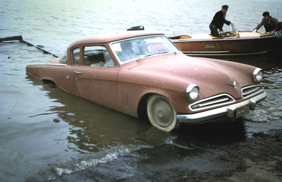 Спуск лодки на воду. Фото не датировано