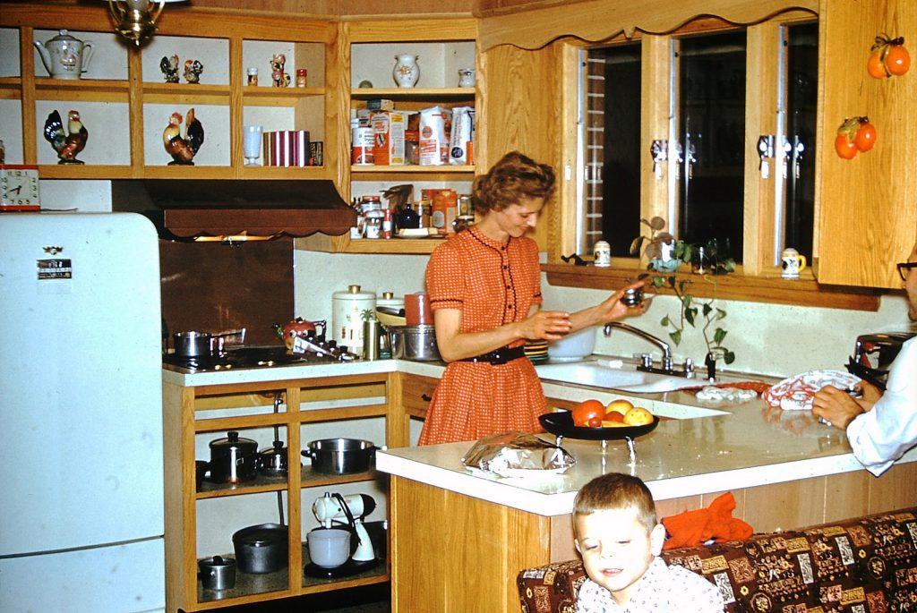 Женщина кухне готовит завтрак. Фото не датировано: