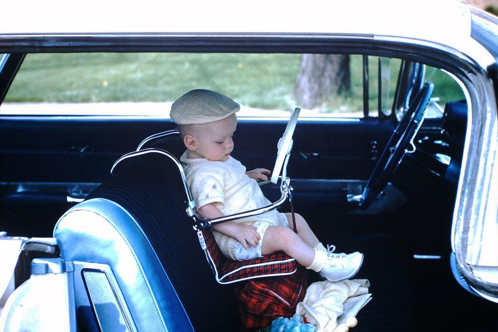 Ребенок в детском автокресле, 1958 год