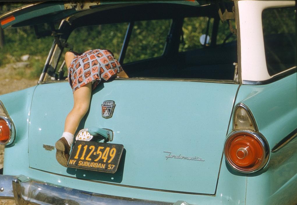 Ребенок забирается в машину, 1957 год