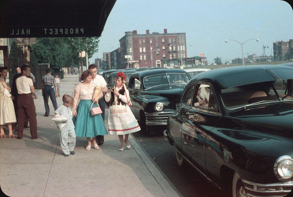 У входа в зал для торжеств. Бруклин, 1956 год.