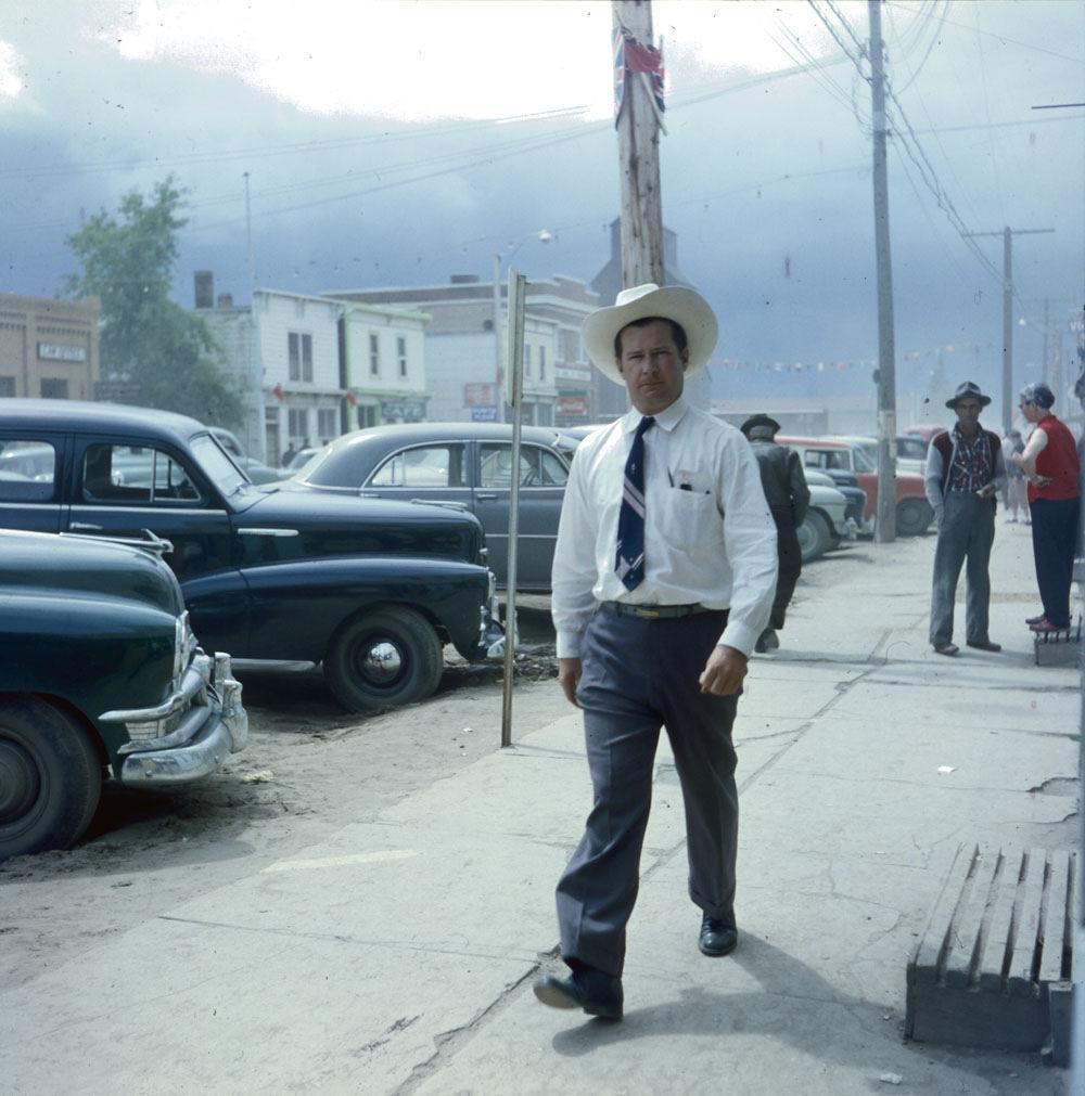 Пешеход на улице маленького городка, 1956 год