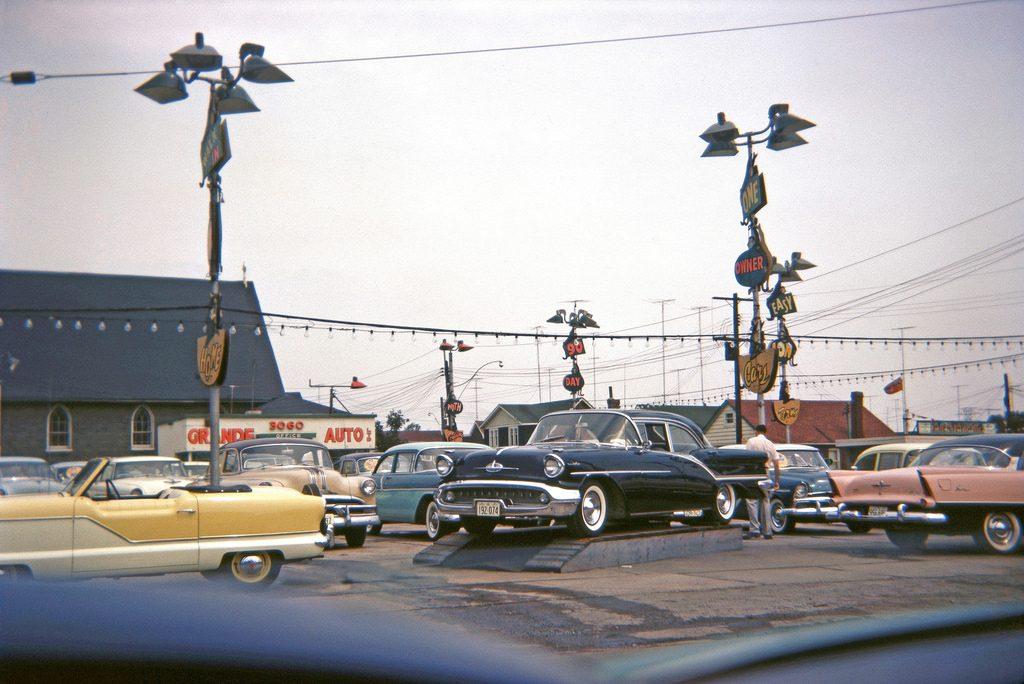 Новые автомобили на стоянке перед автосалоном, Фото не датировано
