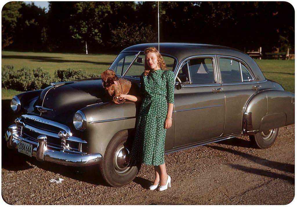 Девушка с собакой и Chevrolet Styleline DeLuxe 4 Door, 1950 год