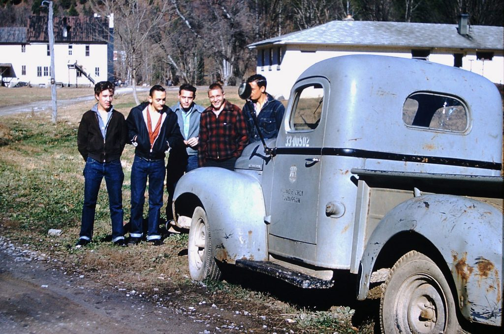 Мужчины у пикапа, 1959 год