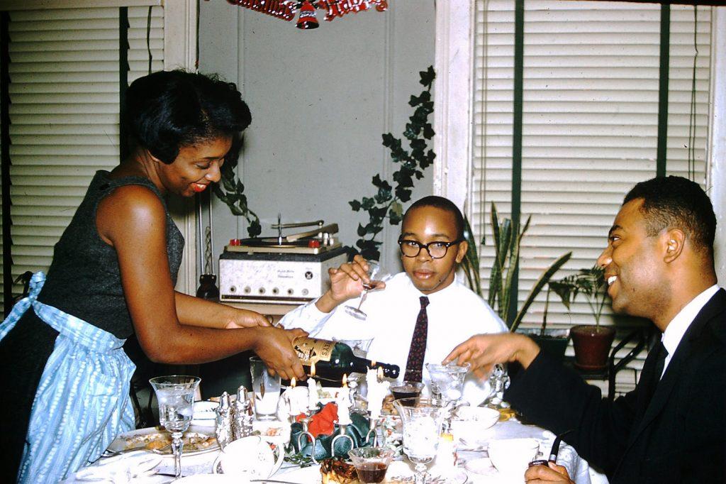Очень мало фотографий того времени с афро-американцами. На фото семья собралась за столом на Рождество